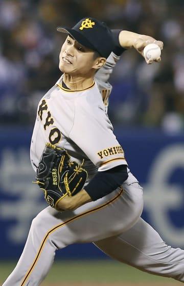 5回から2番手で登板した巨人・古川。移籍後初勝利を挙げた=神宮