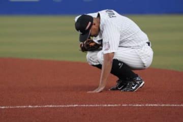 自身の引退試合の9回に慣れ親しんだ一塁の守備に就いたロッテ・福浦和也【写真:荒川祐史】