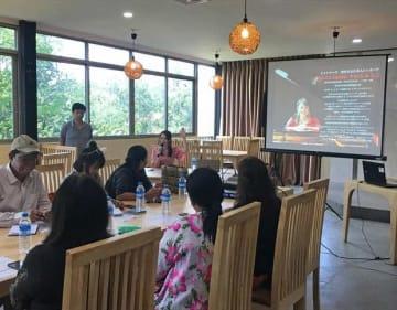 歌手のすわじゅんこさんの講義も行われた観光ガイドセミナー=14日、ヤンゴン(HIS提供)