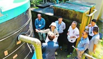 飲料水供給施設を見学するブータンの官僚ら=那賀町木頭南宇
