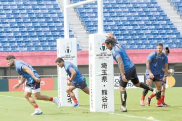 ロシアとの初戦に向けて試合会場で最終調整するサモアの選手たち=23日午前、熊谷ラグビー場