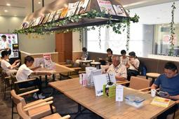 カフェのような内装で若者が多く訪れる「にしきた献血ルーム」=西宮市北口町