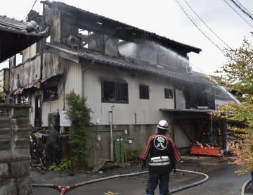 火災の焼け跡から3人の遺体が見つかった住宅=24日午前9時13分、岐阜県安八町