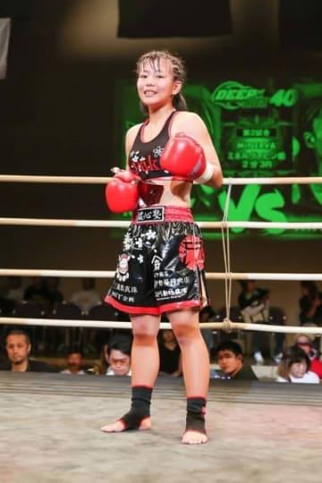 【キックボクシングで世界王者を目指すAyakaさん=大阪府泉大津市のテクスピア大阪で】