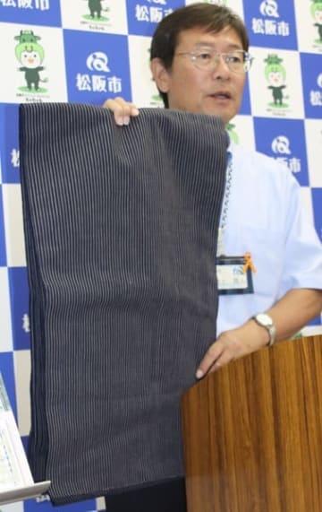 【ビームスが新商品に使う松阪木綿の生地を示す竹上市長=松阪市役所で】