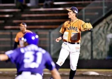 【徳島―愛媛MP】5回裏愛媛MP1死三塁の守り、勝ち越しの三塁打を許し打球の方向に目をやる愛媛MPの先発平松=JAバンク徳島スタジアム