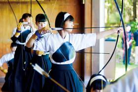 的を狙い弓を引く女子選手