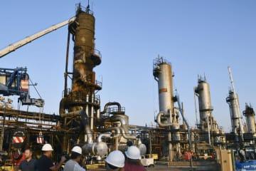 サウジアラビア東部アブカイクで、破壊された塔の形をした石油施設