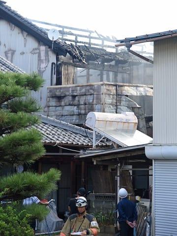 民家が全焼し、焼け跡から3人の遺体が見つかった火災現場=24日午前7時、岐阜県安八郡安八町中