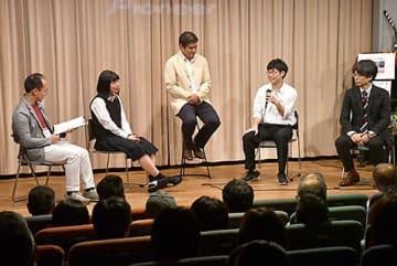 映画上映後、主役の高校生らが撮影時の裏話などを語った=新庄市・ゆめりあ
