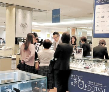 品定めする客でにぎわう腕時計売り場=23日、仙台三越