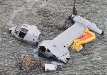 沖縄県名護市沿岸の浅瀬に不時着し、大破したオスプレイ=2016年12月
