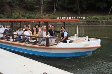 セレモニーの出席者を乗せ、大津に向かうれいわ号(京都市山科区・山科乗下船場)
