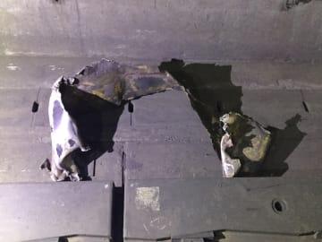 トンネル壁面から落下し、新幹線に接触した表示板(JR東日本仙台支社提供)