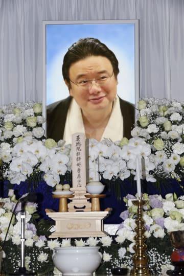 通夜会場の祭壇に掲げられた、大相撲の元関脇逆鉾の井筒親方の遺影=24日午後、東京都墨田区の井筒部屋