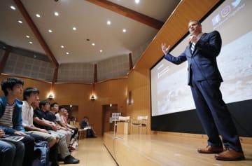 東京大で学生らを前に講演する米航空宇宙局(NASA)のブライデンスタイン局長=24日夕、東京都文京区
