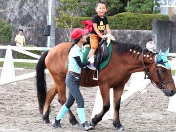 ポニーに乗る子ども(滋賀県栗東市御園・JRA栗東トレーニングセンター乗馬苑)