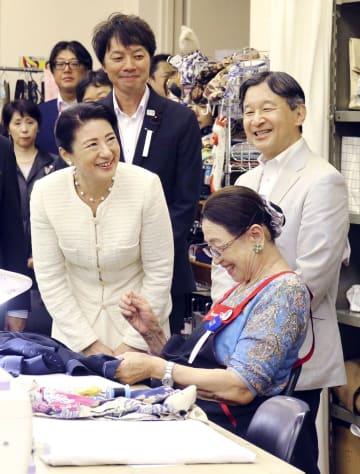 東京都目黒区シルバー人材センターを訪れ、笑顔で作業を視察される天皇、皇后両陛下=24日午後