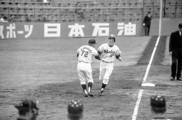 1971年の開幕戦、風邪から病み上がりの平松はヤクルト松岡とエース対決で惜敗。チーム唯一の得点となる本塁打も放った。開幕ゲームとはいえ、観客はまばらで外野席も空席が目立つ =1971年4月10日、川崎球場