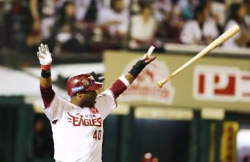 6回楽天2死一塁、ウィーラーが左越えに逆転2ランを放つ=楽天生命パーク