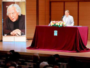 故加藤周一さんが指摘した日本文学の特徴について説明する作家の池澤夏樹さん(京都市北区・立命館大衣笠キャンパス)