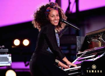 NEW YORK, NY - OCTOBER 09: Alicia Keys performs in Times Square on October 9, 2016 in New York City. (Photo by Gary Gershoff/Getty Images for Alicia Keys)