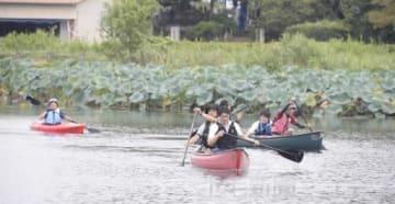 カヌーで城沼を試走する須藤館林市長(中央手前)ら