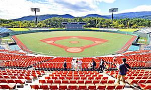 グラウンドの人工芝化など改修工事が完了したあづま球場=24日、福島市