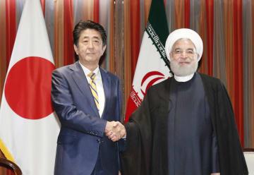 会談前にイランのロウハニ大統領(右)と握手する安倍首相=24日、米ニューヨーク(共同)
