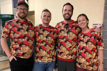 大谷Tシャツを着た大学時代からの親友4人組【写真:編集部】