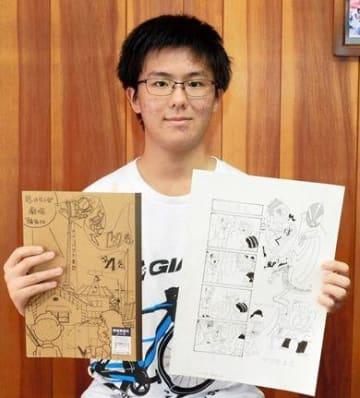 4こま漫画のネタ帳や原稿を手にする山部颯喜さん=熊本市北区