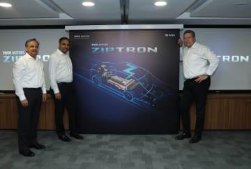 19日、ジプトロンを発表するタタ・モーターズのギュンター・ブチェック社長(左)ら=同社提供