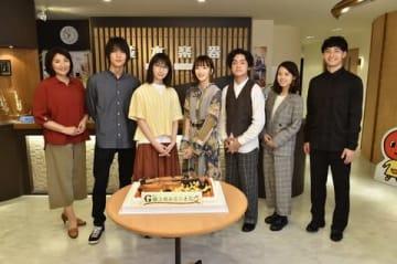 新ドラマ「G線上のあなたと私」に出演する(左から)松下由樹さん、中川大志さん、波瑠さんと、主題歌を担当する「緑黄色社会」のメンバー(C)TBS