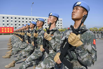 中国建国70年の軍事パレードに向け、行進の練習をする兵士=25日、北京(共同)