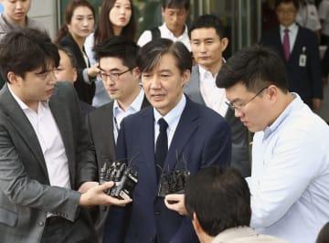 報道陣に囲まれる韓国のチョ・グク法相(中央)=25日、韓国・天安(聯合=共同)