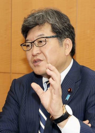 インタビューに答える萩生田光一文科相