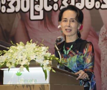 ミャンマーの首都ネピドーでの式典で、あいさつするアウン・サン・スー・チー国家顧問兼外相=25日(共同)