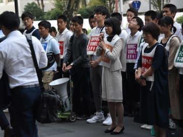 朝鮮高校の無償化除外に抗議し毎週金曜日に文部科学省前で開かれる集 会に参加した卒業生や母親ら=9月20日、東京