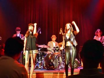 ロシア出身の女性ボーカルユニット「Max Lux」。アリシアが左、ラーナが右(Photo by KIMIYA MIKAMI)