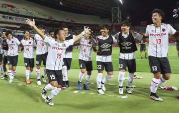 浦和を破って準々決勝進出を決め、喜ぶ原田(15)らホンダFCイレブン=埼玉スタジアム
