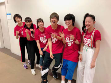 平野紫耀、主演映画出演メンバーの「VS嵐」オフショット