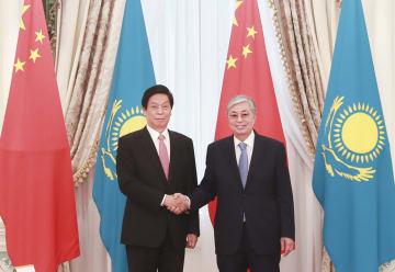 栗戦書氏、カザフスタンを公式友好訪問