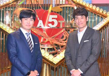 「クイズ あなたは小学5年生より賢いの?」でMCを務める劇団ひとりさん(左)と佐藤隆太さん