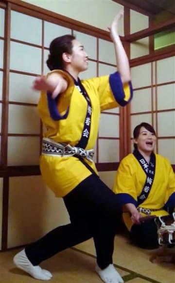 第一会館川反店で秋田民謡を披露する浅野江里子さん(右)ら=2017年4月