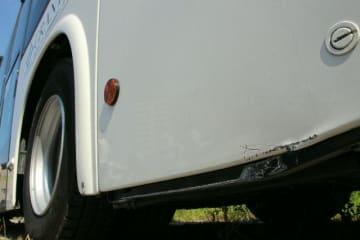 縁石と接触した際にできた自動運転車両の傷