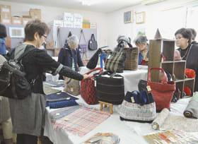会員の新作が並ぶ裂き織りの展示即売会