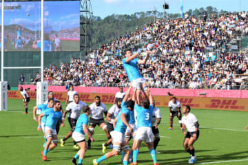 前半、ラインアウトからボールを確保するウルグアイ。白熱プレーに会場は沸いた=25日午後2時35分、釜石市・釜石鵜住居復興スタジアム