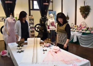【さまざまな手作り作品が並ぶ会場=津市久居本町の油正ホールで】