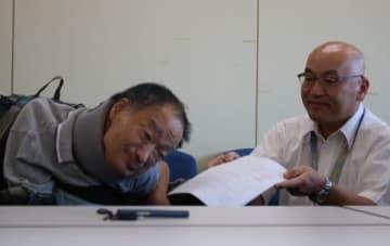 【荒木総務部長(右)に要望書を提出する松田代表=津市役所で】