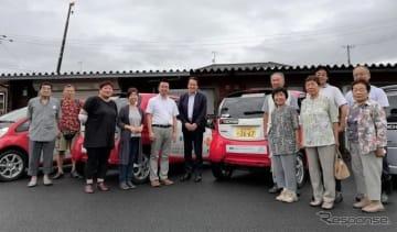 コミュニティ・カーシェアリングへのタイヤ寄贈セレモニーに参加した日本カーシェアリング協会の吉澤武彦代表理事(中央左)、横浜ゴムの森智朗CSR本部長代理(中央)とコミュニティ・カーシェアリングを利用する石巻市の人たち